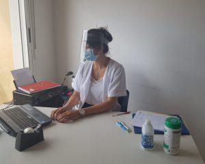 Imagen de un profesional cumpliendo con las medidas de higiene y seguridad.